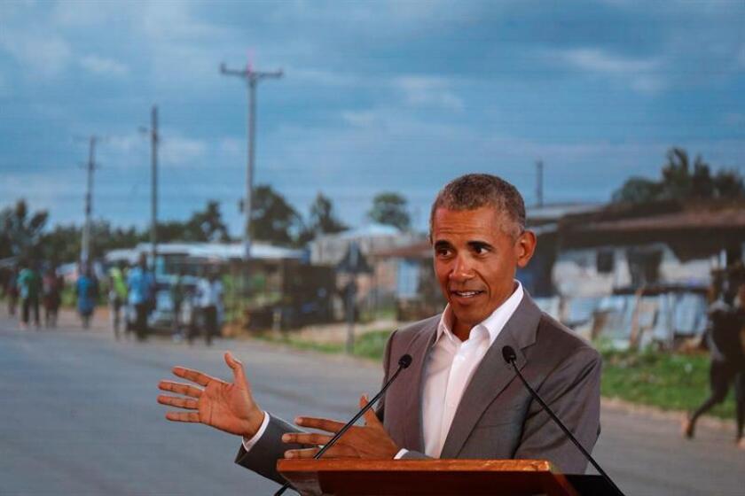 El expresidente estadounidense Barack Obama da un discurso durante la ceremonia de bienvenida del Centro de Formación Profesional y Deportiva Sauti Kuu en Kogelo, el pueblo de sus antepasados, a unos 400 kilómetros de Nairobi (Kenia) hoy, 16 de julio de 2018. EFE