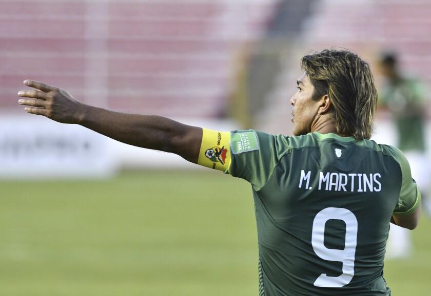El delantero boliviano Marcelo Martins celebra tras marcar el tercer gol en la victori 3-1 ante Venezuela en las eliminatorias del Mundial, el jueves 3 de junio de 2021, en La Paz. (Aizar Raldes/Pool vía AP)
