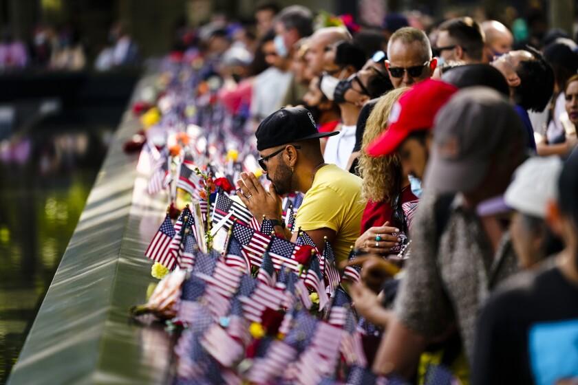 Varias personas llegan al Memorial y Museo del 11 de septiembre, en Nueva York