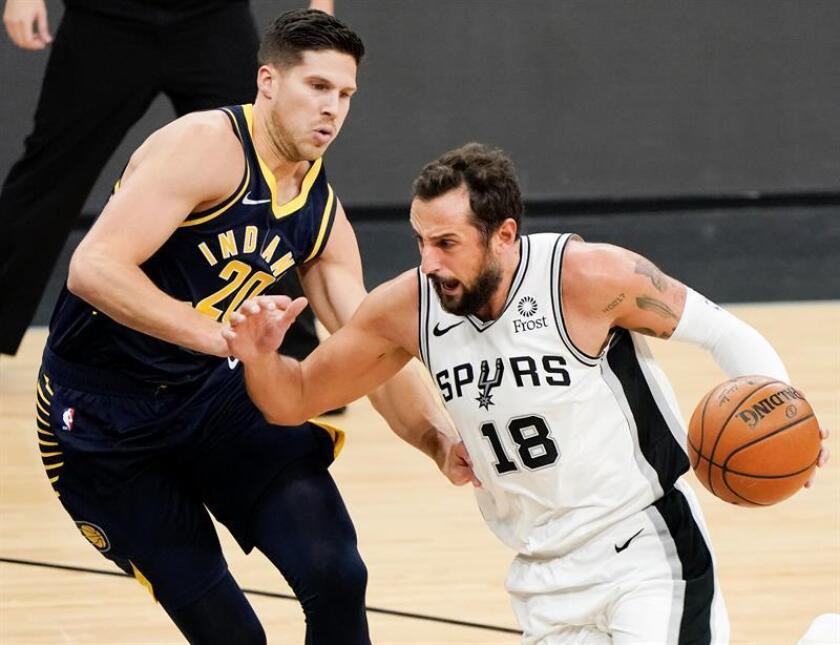 Marco Belinelli (d) de San Antonio Spurs avanza junto a Doug McDermott de Indiana Pacers durante un partido el pasado mes de octubre. EFE/Archivo
