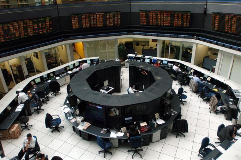 Trabajadores de la Bolsa de Valores de México durante la apertura. EFE/Archivo