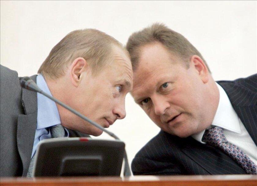 El presidente ruso Vladimir Putin (i) junto a Marius Vizer. EFE/Archivo