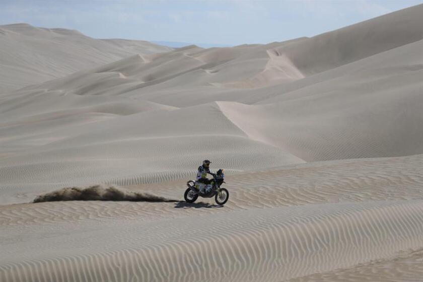 El chileno Pablo Quintanilla compite en su moto Husqvarna hoy, durante la séptima etapa del Rally Dakar 2019, que es un bucle con punto de inicio y final en la población costera de San Juan de Marcona (Perú). EFE