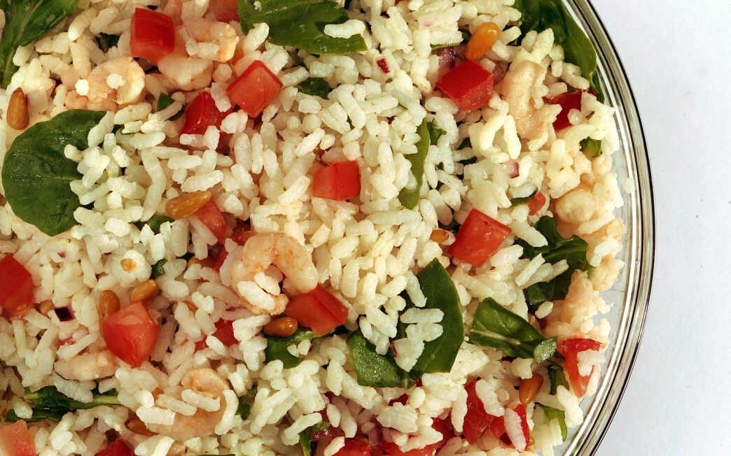 Rice salad with shrimp and arugula