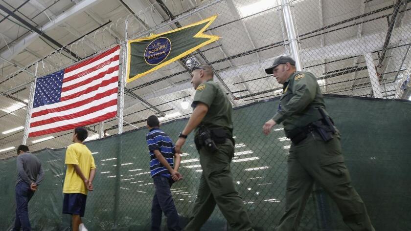 El Departamento de Seguridad Interior y la Agencia de Migración y Aduanas (ICE, por sus siglas en inglés) están en discusiones con la firma SERCO para construir un nuevo centro que alojaría hasta mil 800 migrantes en lo que esperan a ser deportados o en sostener audiencias de solicitud de asilo.
