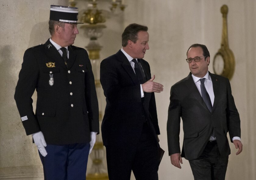 British Prime Minister David Camero, left, gestures as he talks to French President Francois Hollande after a meeting at the Elysee Palace in Paris, Monday, Feb. 15, 2016.  David Cameron is in Paris to try to get President Francois Hollande on board for his renegotiation of Britain's EU membership.