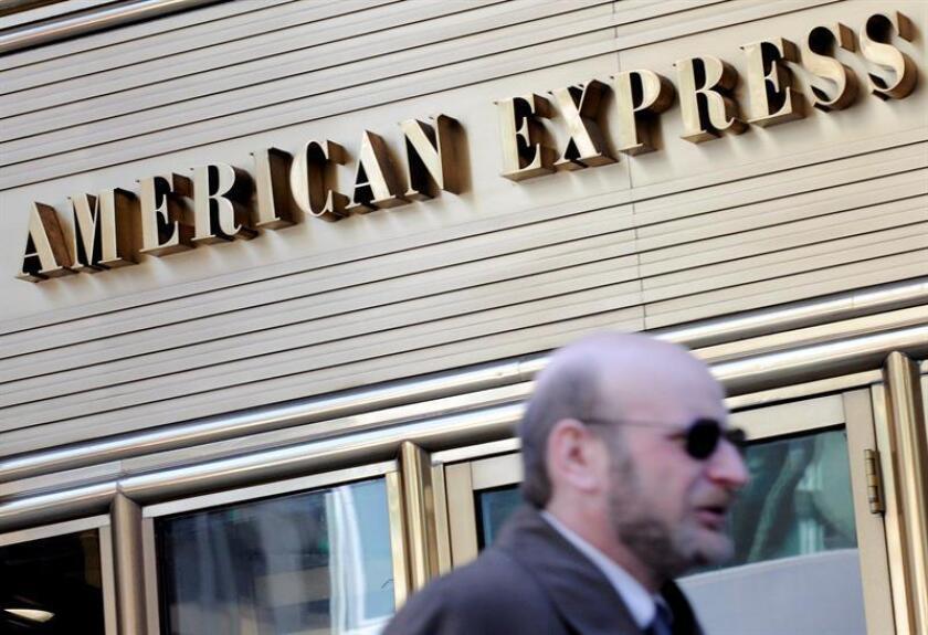 Un hombre camina junto a las oficinas de la compañía de tarjetas de crédito American Express en Nueva York, EEUU, el 31 de octubre de 2008. EFE/Archivo