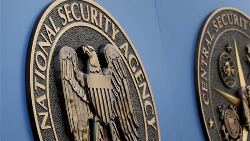 Un contratista del gobierno fue arrestado por llevarse ilegalmente información altamente secreta.