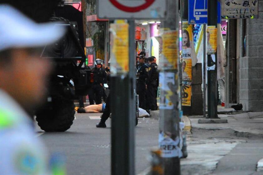 Fotografía del 19 de junio de 2018, que muestra a dos víctimas en el sitio de un enfrentamiento entre la policía y grupos delictivos, en Ciudad de México (México). EFE/STR