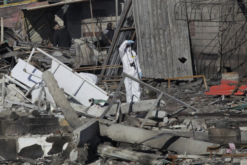 Un investigador trabaja en el mercado de pirotecnia de San Pablito, en Tultepec, donde murieron 32 tras la explosión de sus productos.