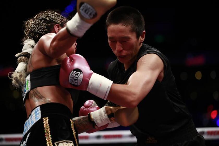 La boxeadora mexicana Mariana Juárez (i), y la japonesa Terumi Nuki (d), intercambian golpes hoy, sábado 11 de agosto de 2018, en el foro de la Arena Ciudad de México (México). EFE