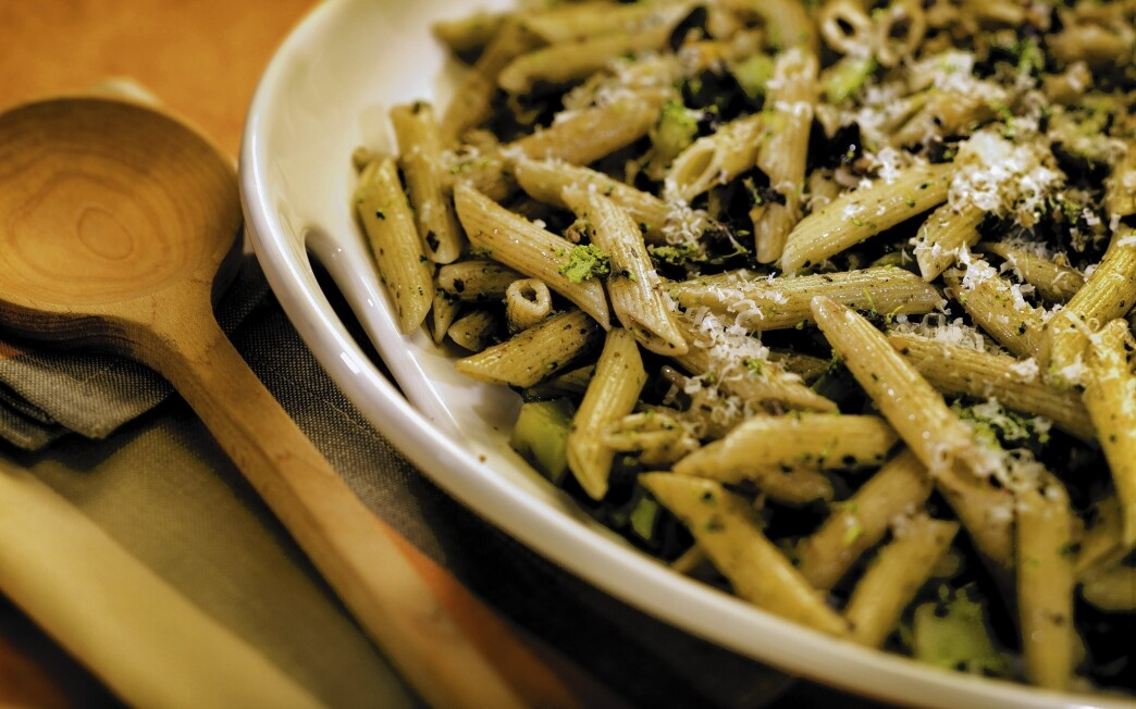 Pasta with broccoli, olives and pistachios
