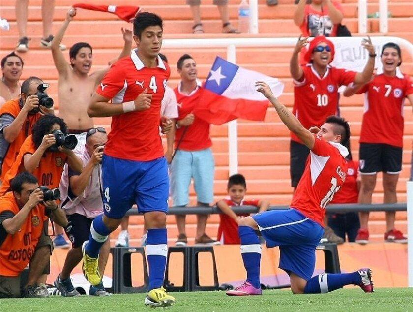 Nicolás Castillo de Chile celebra su gol ante Paraguay, durante un partido del Campeonato Sudamericano sub'20 Argentina 2013. EFE/Archivo