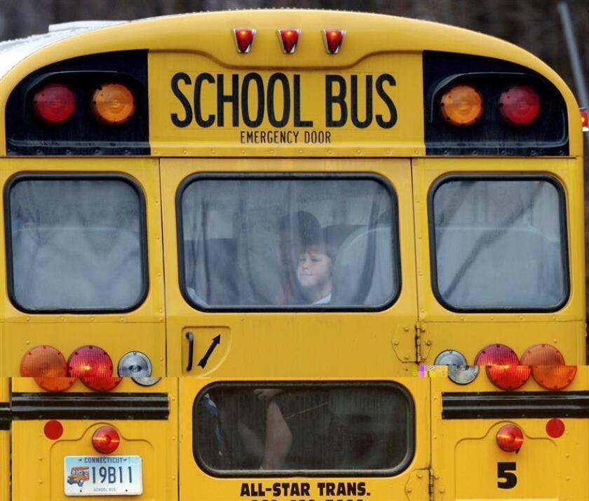 Una conductora de un autobús escolar fue despedida por dejar abandonada a una menor hispana en una calle muy transitada en vía Cumming, Georgia, se informó hoy. EFE/ARCHIVO