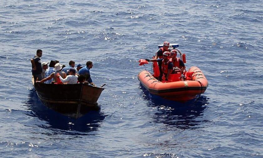 Fotografía divulgada por la Guardia Costera de EEUU que muestra el momento en que varios balseros cubanos son interceptados por los guardias estadounidenses unas 82 millas al suroeste de Cayo Hueso, Florida. EFE/USO EDITORIAL SOLAMENTE