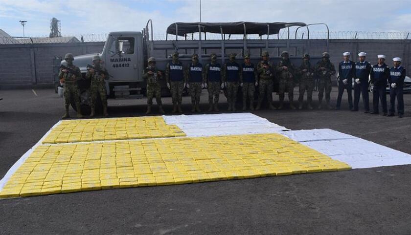 Fotografía cedida por la Marina Armada de México que muestra el material incautado en el operativo para interceptar una embarcación con unos 630 kilogramos de cocaína en las costas del estado de Sinaloa (México). EFE/ Cortesía Semar SÓLO USO EDITORIAL?NO VENTAS