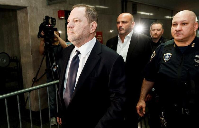 El productor de Hollywood Harvey Weinstein (izq) llega al Tibunal Supremo del Estado de Nueva York (Estados Unidos) el 5 de junio de 2018. Weinstein se declaró no culpable de los cargos de violación y abusos sexuales levantados contra él en Nueva York. EFE/Archivo