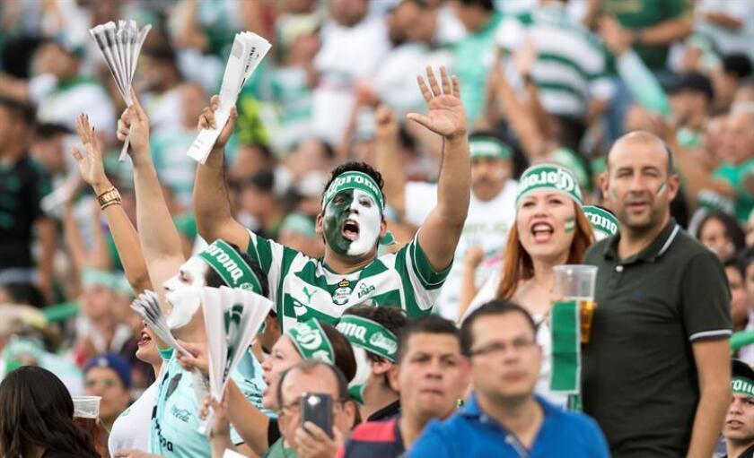 Fanáticos de Santos Laguna alientan a su equipo. EFE/ARCHIVO