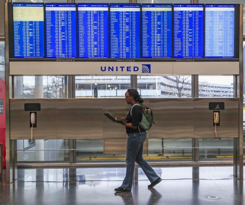 """Vista de un un panel informativo en el aeropuerto Internacional de O'Hare de Chicago, Illinois, Estados Unidos. La estadounidense Marilyn Hartman, de 66 años, que se había convertido en un """"polizón serial"""" para las autoridades de aerolíneas y aeropuertos nacionales e internacionales por su capacidad de colarse en vuelos comerciales sin boleto o pasaporte, continúa detenida en el condado de Cook County, Illinois. EFE/Archivo"""