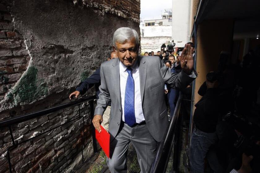El presidente electo de México, Andrés Manuel López Obrador, a su llegada para mantener varias reuniones con sus equipos de política, relaciones exteriores, seguridad y economía hoy, viernes 6 de julio de 2018, en Ciudad de México (México). EFE