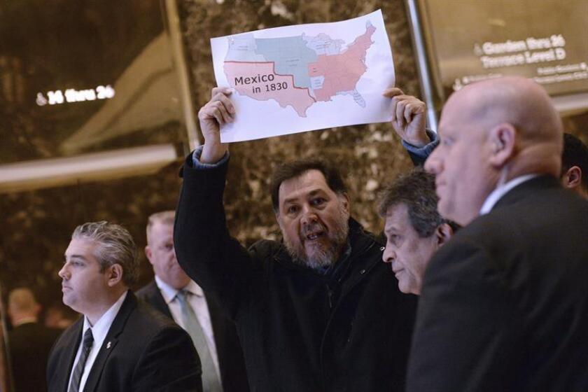 El exdiputado mexicano y activista Gerardo Fernández Noroña realizó hoy una breve protesta en la Torre Trump de Nueva York contra los planes migratorios del presidente electo, Donald Trump. EFE