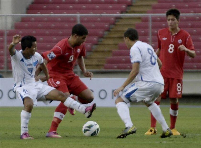El jugador Matthew Choe (i) de Canadá disputa el balón con Álvaro Romero de Honduras  en un partido del campeonato clasificatorio Sub17 de la Concacaf en Ciudad de Panamá (Panamá). EFE