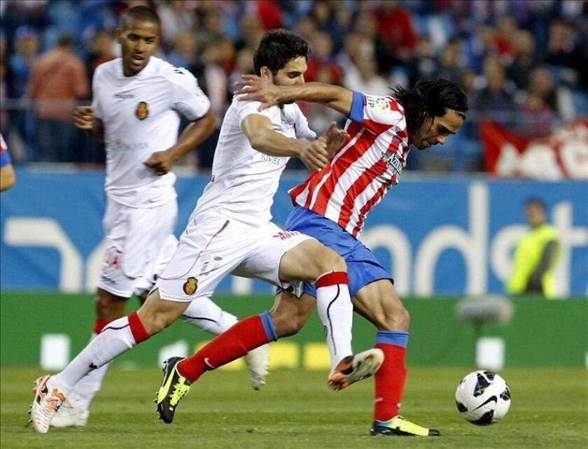 El delantero mexicano del Mallorca, Giovani dos Santos, se lleva las manos a la cabeza durante el partido de la jornada trigésima séptima de liga en Primera División que se disputó en el estadio Vicente Calderón. EFE