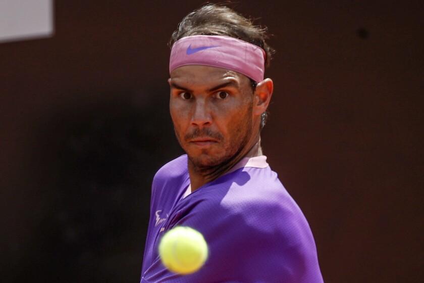 Novak Djokovic sirve ante el español Alejandro Davidovich Fokina