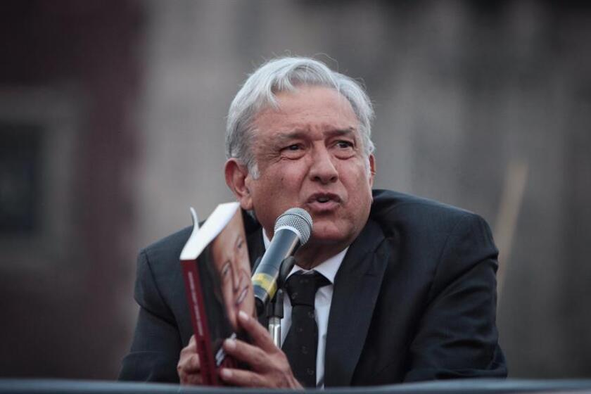 """El líder izquierdista Andrés Manuel López Obrador habla durante la presentación de su libro """"2018. La salida, decadencia y renacimiento de México"""" hoy, lunes 30 de enero de 2017, en Ciudad de México (México). López Obrador dijo hoy que, si llega al poder en las elecciones presidenciales de 2018, buscará que México sea autosuficiente en el consumo de combustible y aplicará políticas con las que el crecimiento del país se mantendrá en un 4 %. EFE"""