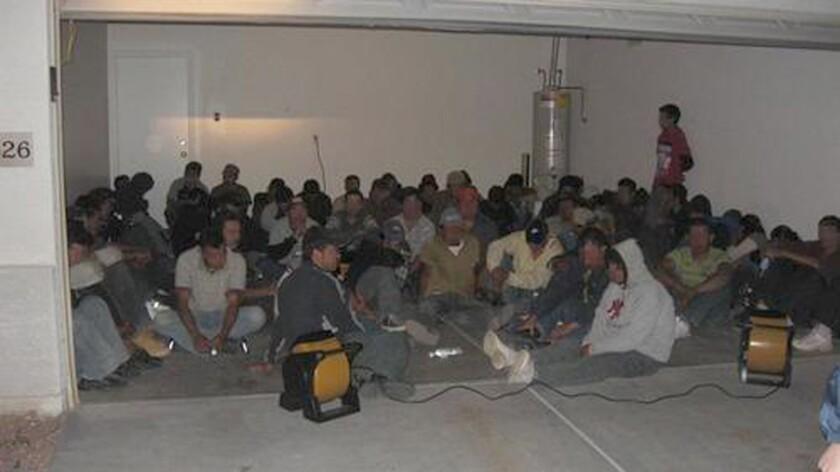 Agentes del Departamento de Seguridad Nacional (DHS) arrestaron hoy al menos a 28 inmigrantes indocumentados durante un allanamiento realizada en dos negocios en Fort Pierce, al norte de Miami, informaron medios locales. EFE