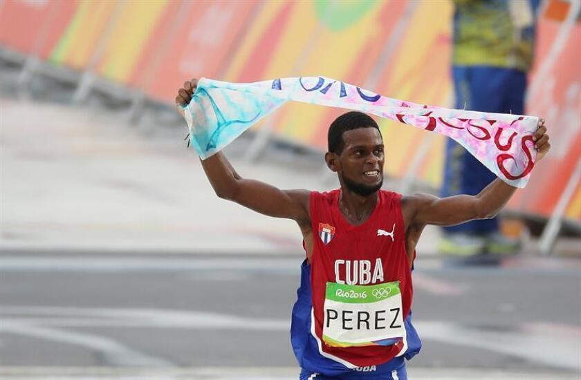 El atleta cubano Richer Pérez celebra tras cruzar la meta en la maratón en los juegos olímpicos de Río de Janeiro (Brasil). EFE/Archivo