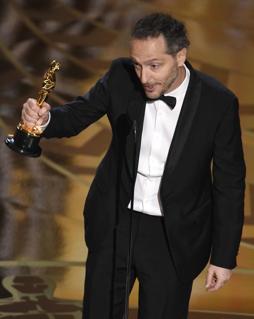 """Emmanuel Lubezki recibe el premio a la mejor cinematografía por """"The Revenant"""" en los Oscar el domingo 28 de febrero de 2016 en el Teatro Dolby en Los Angeles. (Foto Chris Pizzello/Invision/AP)"""