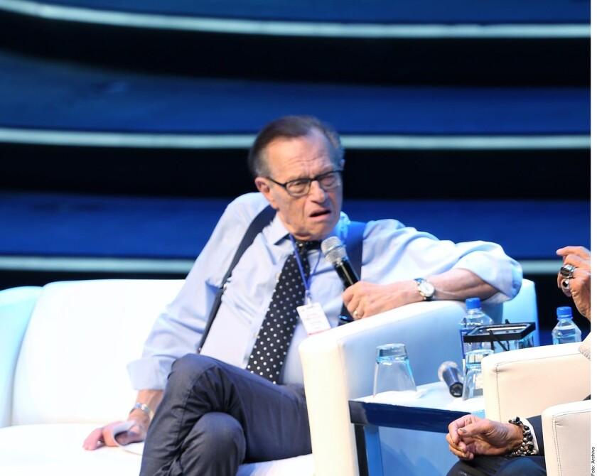 El presentador Larry King, conocido por su programa de entrevistas en CNN