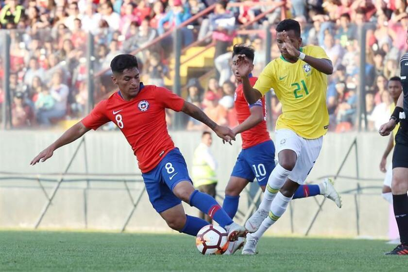 Brazilian player Rodrygo (R) disputes the ball with Ariel Uribe (L) of Chile, Monday Oct.15, 2018, during a preparatory friendly match to the South American sub-20 to be played in 2019, in the Santa Laura Stadium of Santiago, Chile. EPA-EFE / Elvis Gonzalez