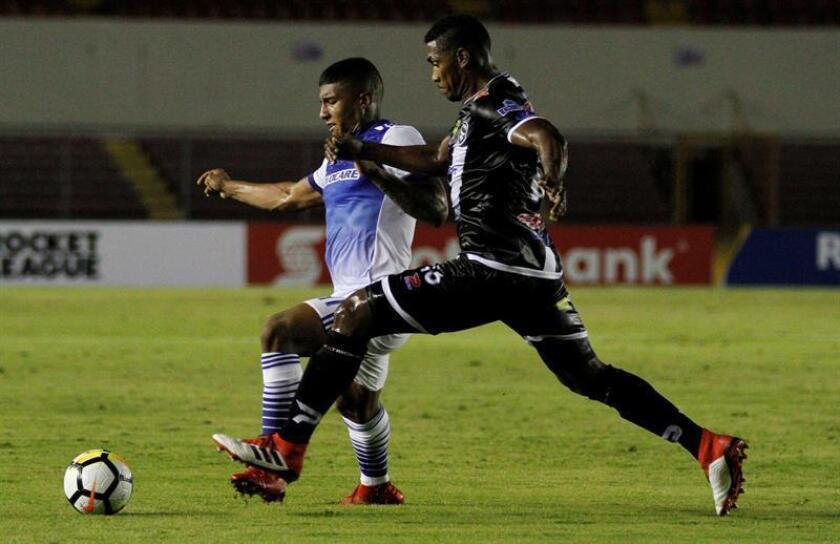 El jugador Richard Dixon (d) del Tauro FC disputa el balón con Santiago Mosquera (i) del FC Dallas, durante un partido. EFE/Archivo