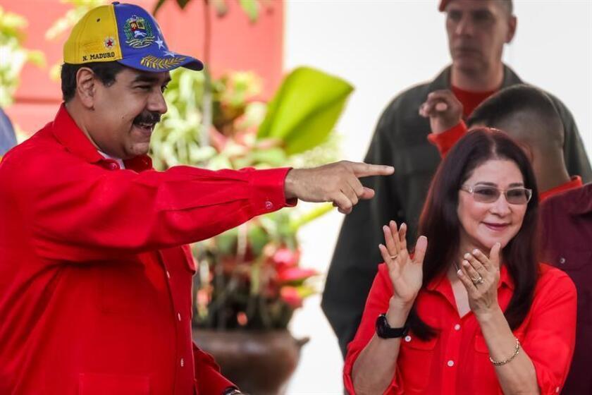 """Venezolanos residentes en ese país y en el exilio pidieron en una carta al juez federal Paul Crotty de Nueva York """"todo el rigor de la ley"""" en la sentencia a los sobrinos de la pareja presidencial de esa nación, por conspirar para exportar y distribuir cocaína en Estados Unidos. El presidente de Venezuela, Nicolás Maduro (i) acompañado por su esposa Cilia Flores (d). EFE/ARCHIVO"""