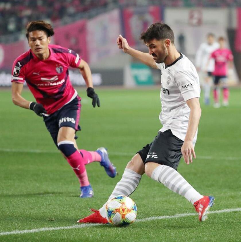 El español David Villa (dch), del Vissel Kobe, en acción durante el partido ante el Cerezo Osaka en la primera jornada de la temporada de la Liga J1 de Japón el pasado 22 de febrero en Osaka. EFE