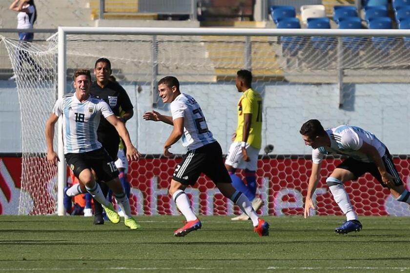 Julián Álvarez (c) de Argentina celebra un gol en un partido de fútbol entre Argentina y Colombia este viernes, durante el Campeonato Sudamericano Sub-20, en el Estadio El Teniente en Rancagua (Chile). EFE