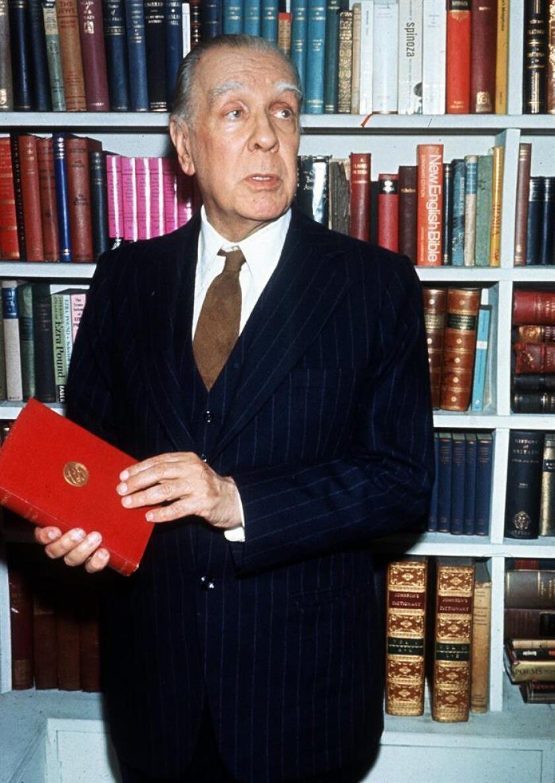 Fotografía de archivo del escritor argentino Jorge Luis Borges, fotografiado en su casa junto a su gran biblioteca. EFE/Archivo