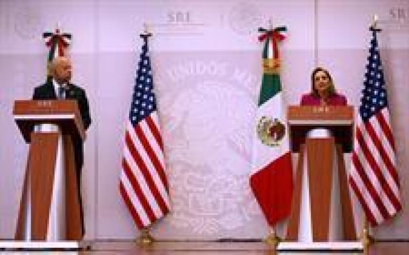 """El secretario de Seguridad Interna de Estados Unidos, Jeh Johnson, afirmó hoy en México que ambos países van a trabajar para encontrar nuevas maneras de enfrentar los """"intereses mutuos en seguridad"""", en especial los vinculados al tema migratorio."""