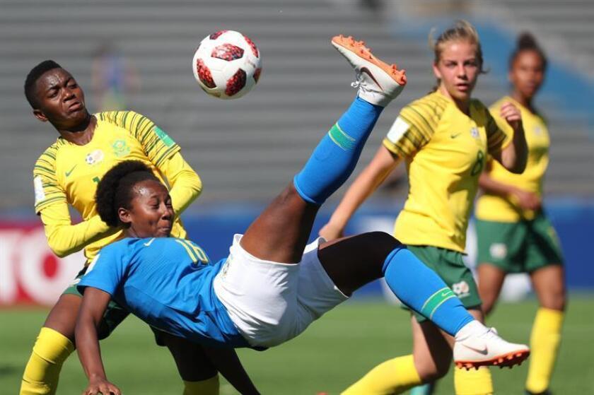 Thaicyane (d) de Brasil disputa un balón con Zethembiso Vilasaky (i) de Sudáfrica hoy, durante un partido de la Copa Mundial Femenina Sub-17, entre las selecciones femeninas de Brasil y Sudáfrica, en Montevideo (Uruguay). EFE