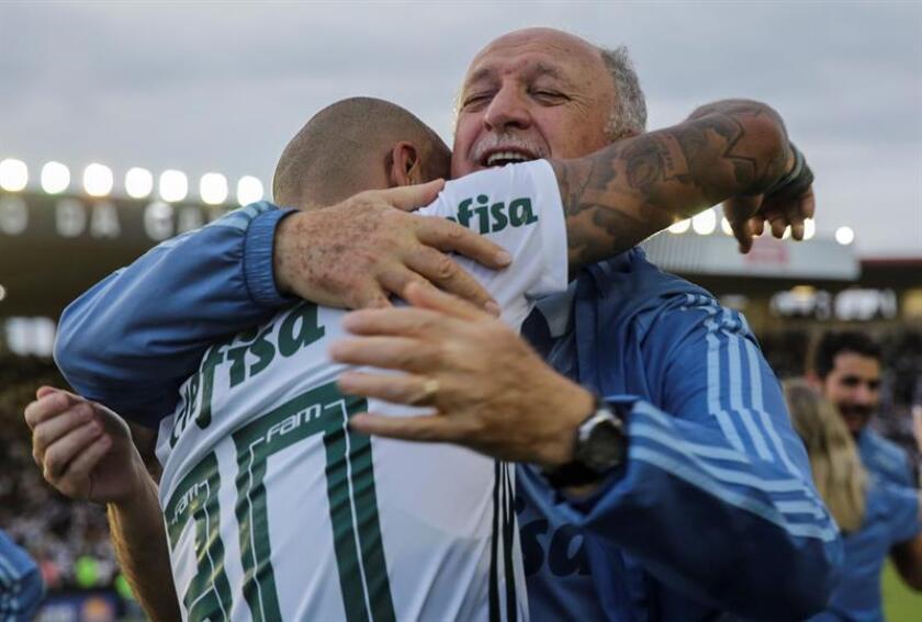 El entrenador de Palmeiras, Luiz Felipe Scolari (d), fue registrado este domingo al abrazar a su dirigido Felipe Melo (i), durante la celebración del título del Campeonato Brasileño de Fútbol 2018, tras vencer 1-0 a Vasco da Gama, en el estadio San Januario de Río de Janeiro (Brasil). EFE