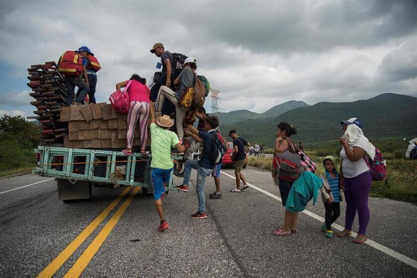 La primera caravana de migrantes centroamericanos que recorren México llegó hoy a la ciudad de Matías Romero del estado sureño de Oaxaca tras una agotadora marcha de siete horas, mientras nuevos contingentes les siguen los pasos en Chiapas y más vienen en camino desde El Salvador. EFE
