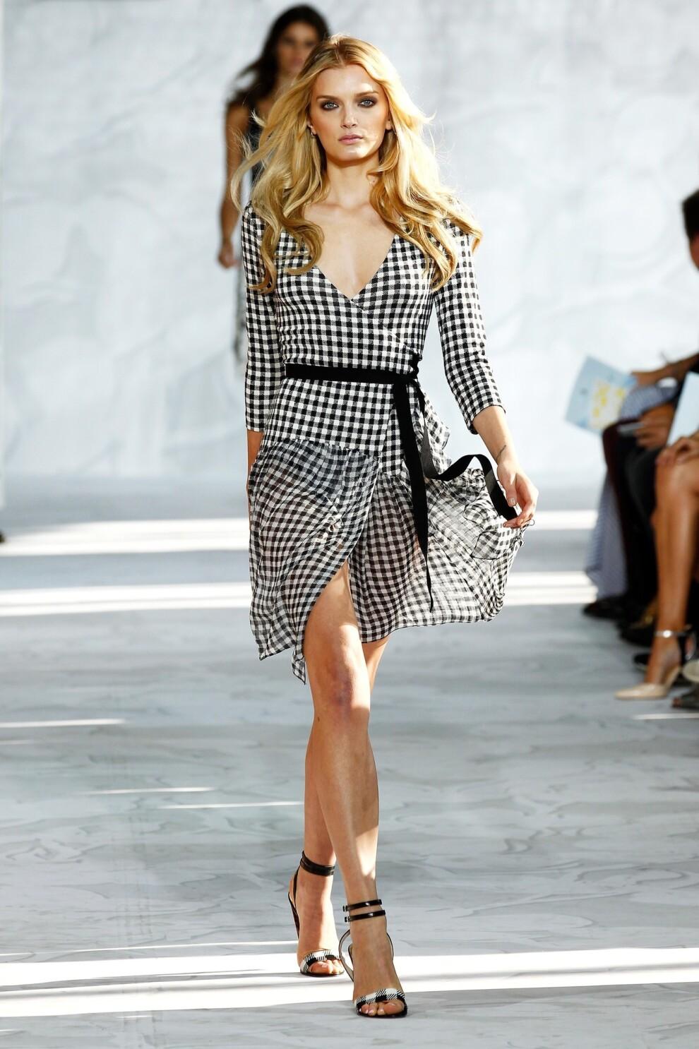 New York Fashion Week Diane Von Furstenberg Lets The Sun Shine In Los Angeles Times