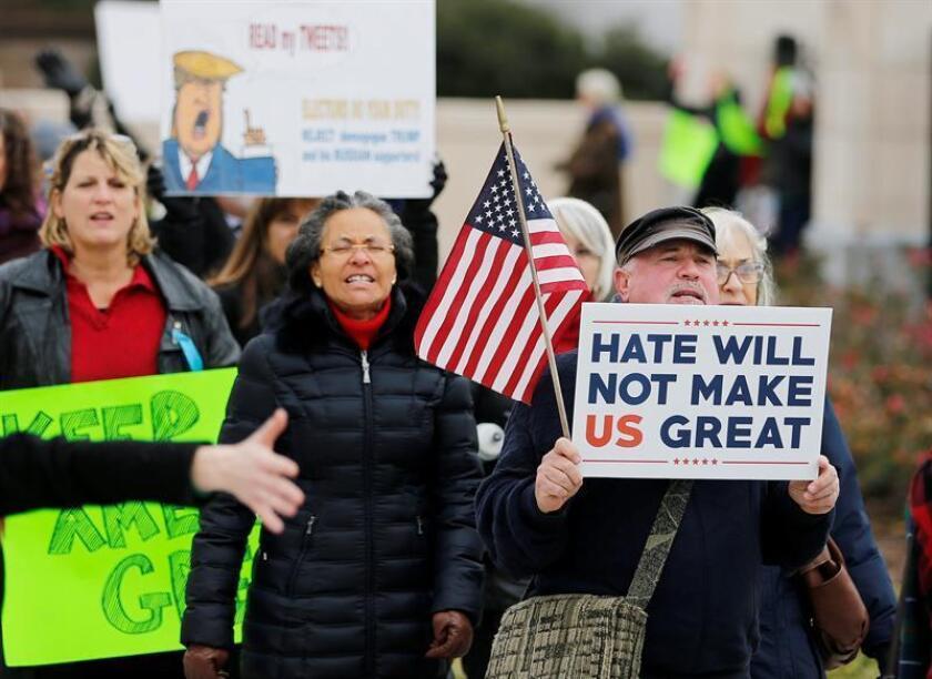 El 51 por ciento de los estadounidenses desaprueba la actuación de Donald Trump en el periodo de transición hasta su investidura como presidente, indica una encuesta publicada hoy por la empresa demoscópica Gallup. EFE/ARCHIVO