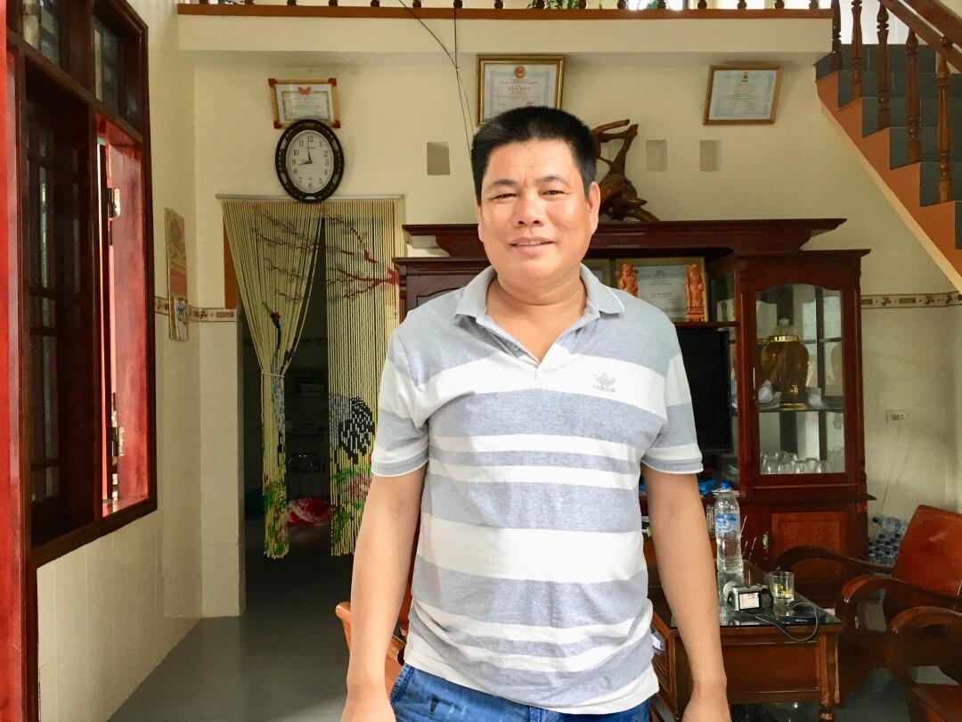 Ein Mann steht in einem Wohnzimmer in seinem Haus