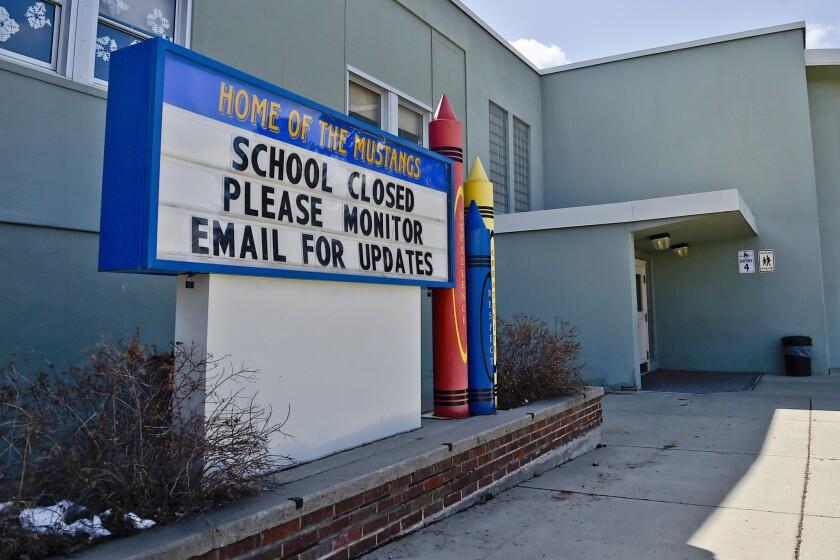 un letrero que anuncia que la escuela primaria de Helena, Montana, está cerrada.