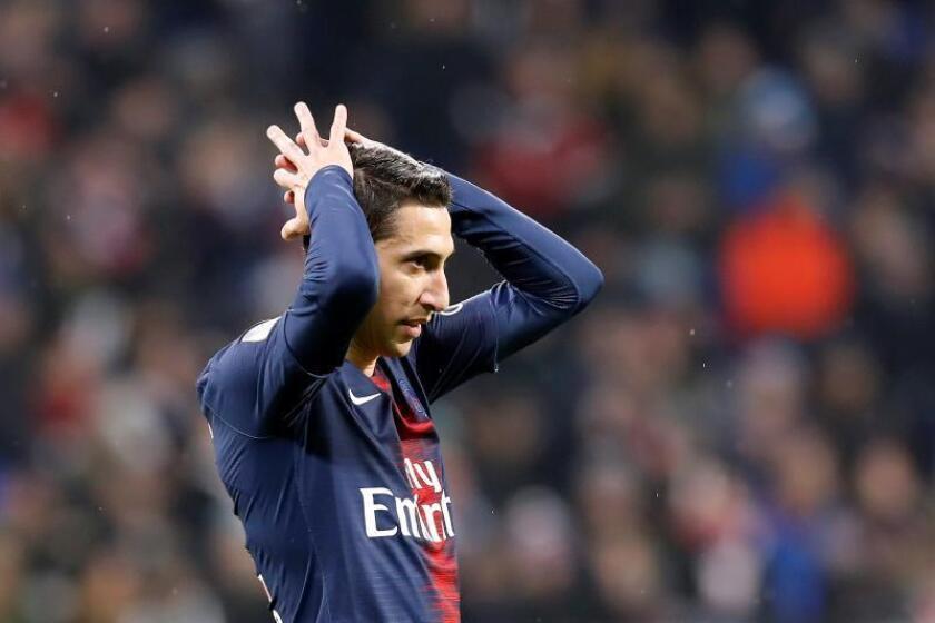 El delantero argentino Angel Di Maria se lamenta tras la derrota de su equipo en Parc Olympique Lyonnais de Lyon, Francia. EFE/EPA