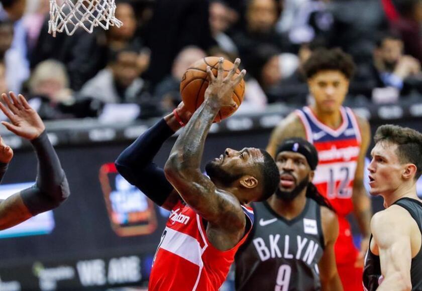 John Wall (i) de los Wizards de Washington en acción durante el partido de baloncesto de la NBA entre los Nets de Brooklyn y los Wizards de Washington en el Capital One Arena en Washington (EE.UU.) hoy, 1 de diciembre de 2018. EFE