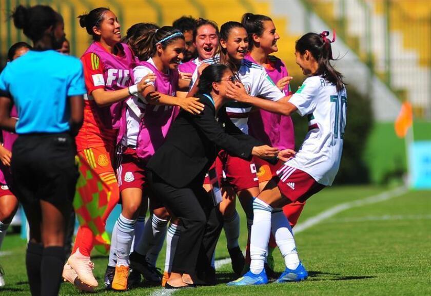 Alison González (d) de México celebra con sus compañeras luego de anotar un gol durante un partido de la Copa Mundial Femenina de Fútbol Sub-17 ante Japón. EFE/Archivo